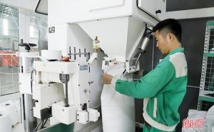 """Hà Tĩnh: """"Soi"""" quy trình sản xuất sản phẩm OCOP qua smartphone"""
