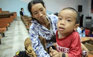 Những đứa trẻ khốn khổ vì bệnh lạ
