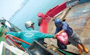 Hợp tác xã... gom rác trên biển